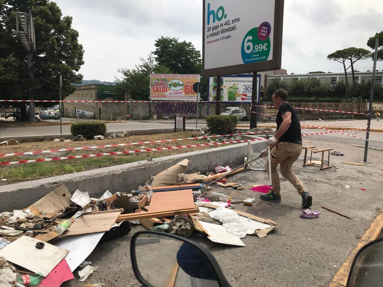 Via Terracina aiuola rifiuti