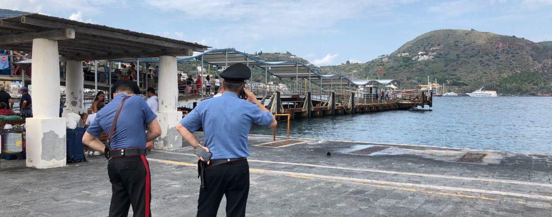 Carabinieri al porto di Lipari (foto di Enrico Parolisi)